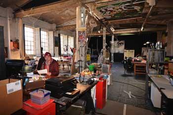 Jugendleiter Stefan Mohr im Atelierdes Jugendclub Bornheims  in der Naxoshalle